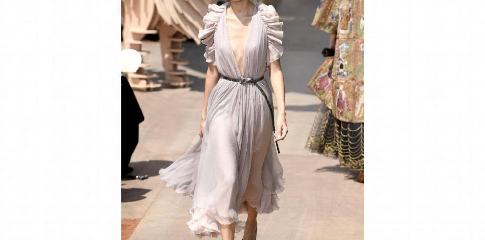 Holanes, flecos y túnicas en la alta costura