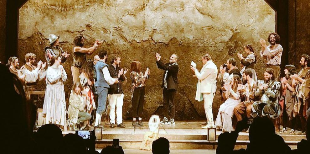 Miguel Bosé y Benny Ibarra se besan en la obra