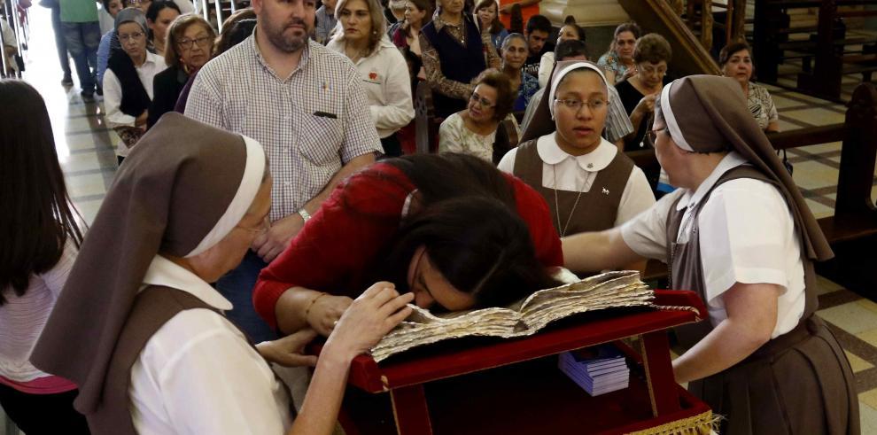 Feligreses veneran en Asunción reliquia con sangre del papa San Juan Pablo II
