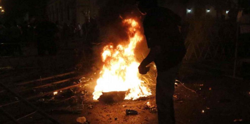 Incendian el Congreso en medio de protestas