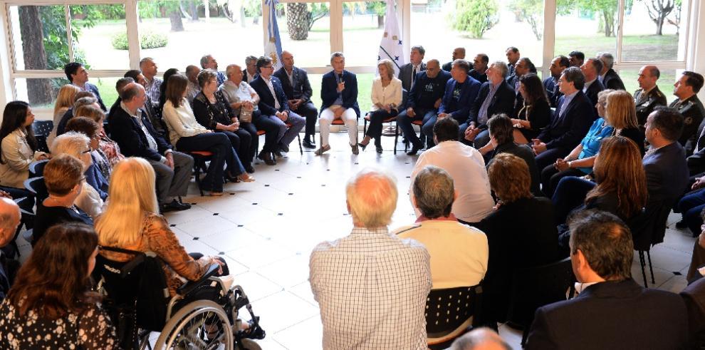 Macri recibe a familiares y veteranos en 35 aniversario de guerra de Malvinas