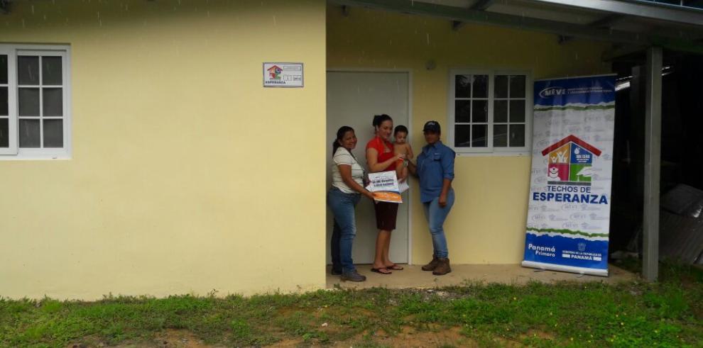 Miviot entrega llaves de nuevas viviendas a 27 familias chepanas
