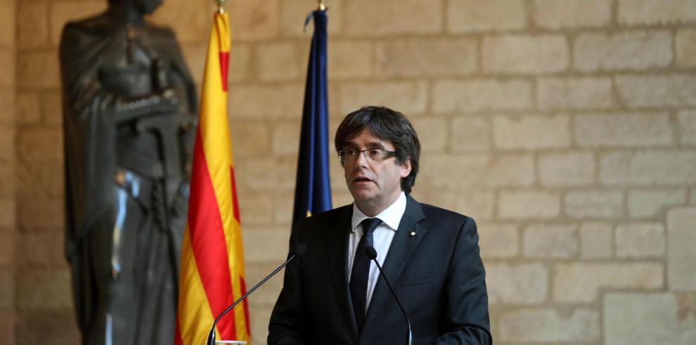 Puigdemont deja al Parlamento catalán la decisión sobre la independencia