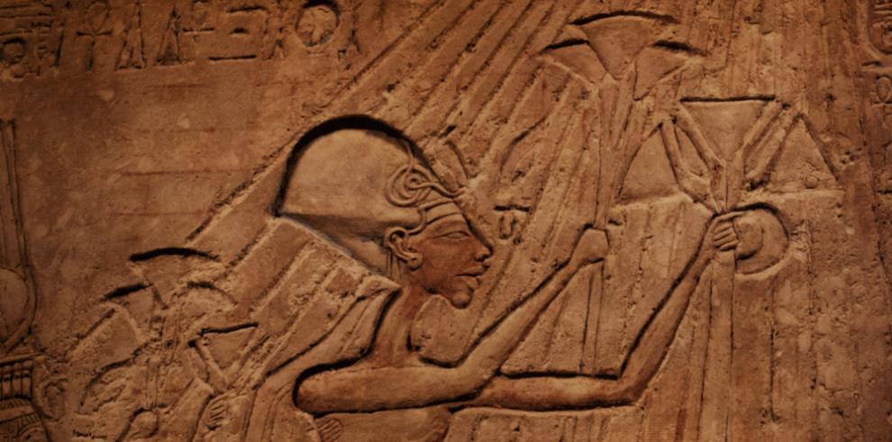 Hallan la cabeza de una estatua del faraón Akenatón al sur de EI Cairo