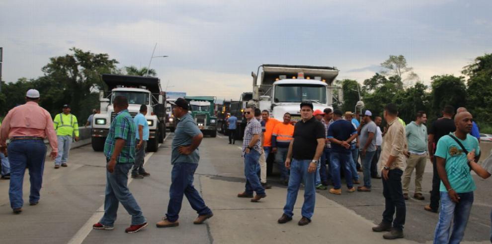 Camioneros serán sancionados por bloquear el tránsito