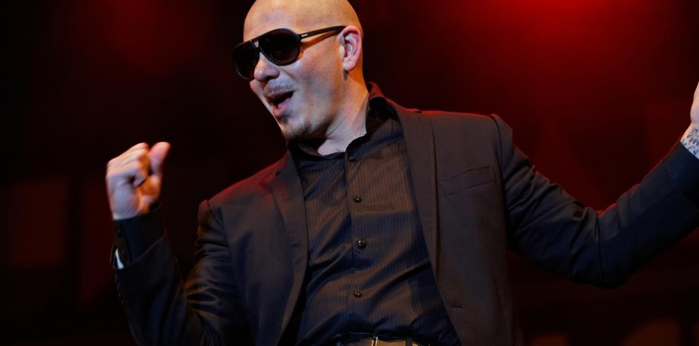 Pitbull se rodea de amigos en la gran noche de la lucha libre en Estados Unidos