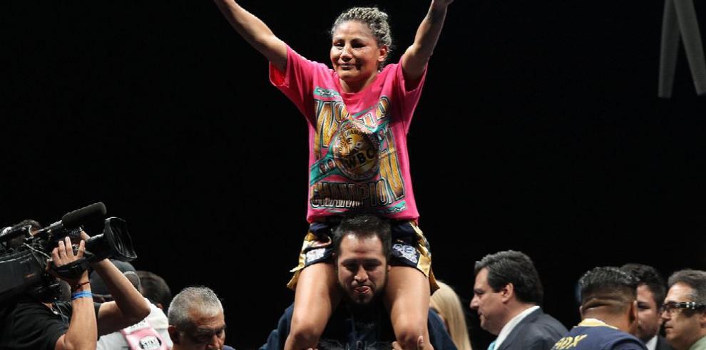 Juárez supera a Phiri y gana título mundial