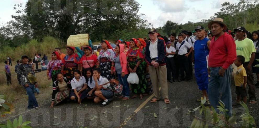 Gunas cierran la vía hacia San Blas exigen mejoras en las escuelas