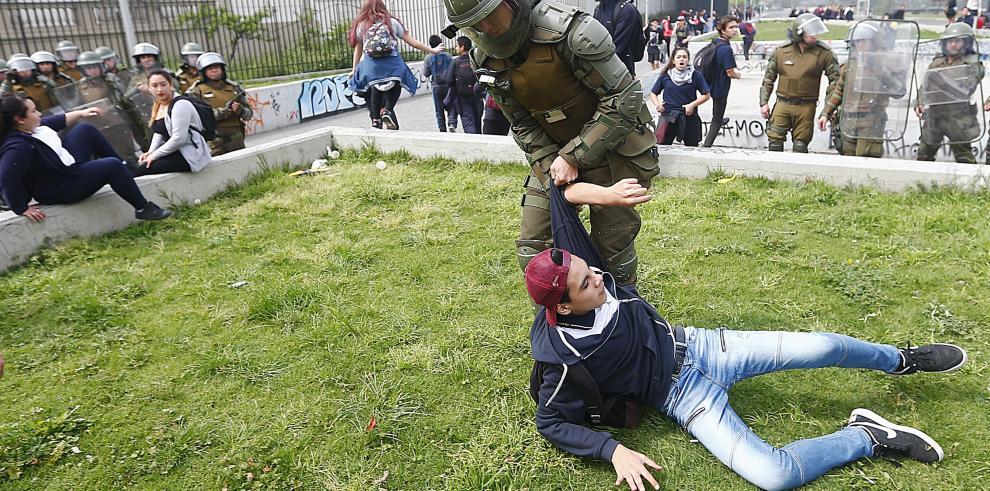 La policía disuelve manifestación de estudiantes secundarios en Chile