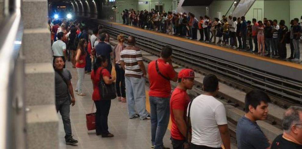 Metro se queda sin energía y deja varados a miles de usuarios