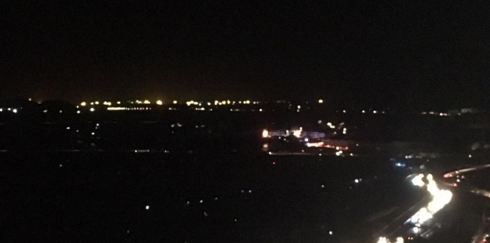 Explosión de transformadores ocasiona incendio y apagón en la ciudad