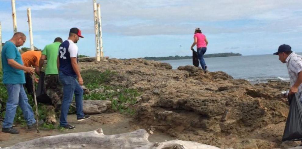 Personal del Miviot recoge basura en la playa El Uverito