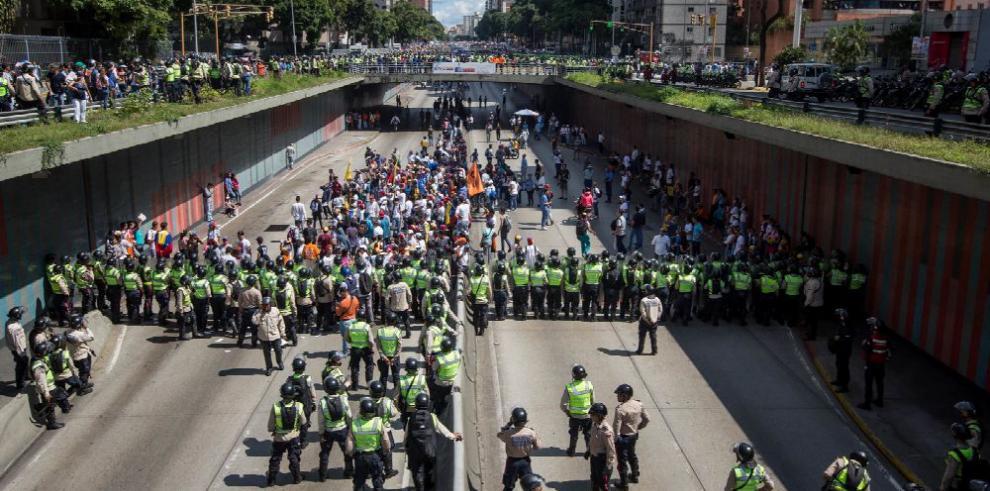 Una Venezuela dividida sale a las calles