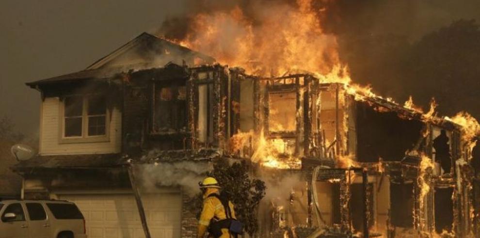 Unos 1.500 edificios arrasados y cientos evacuados en California por incendio