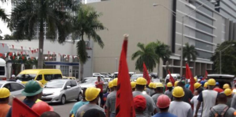 Miembros del Suntracs marchan en rechazo a la visita de Mike Pence