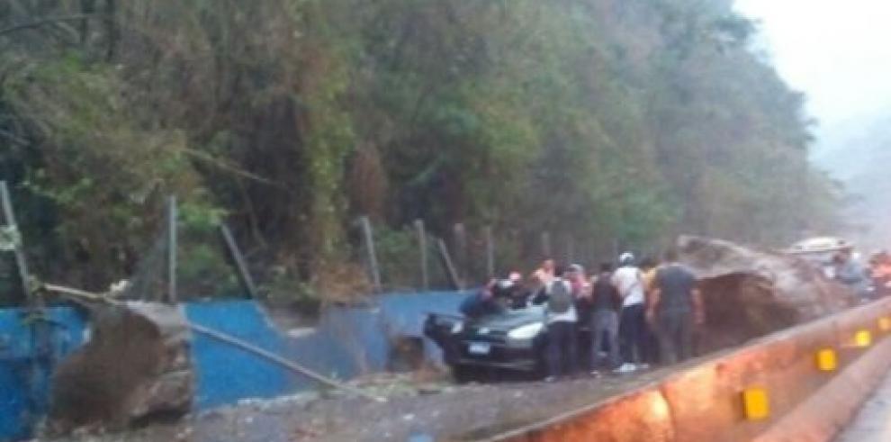 Un muerto y dos heridos ocasiona derrumbe por sismo en El Salvador
