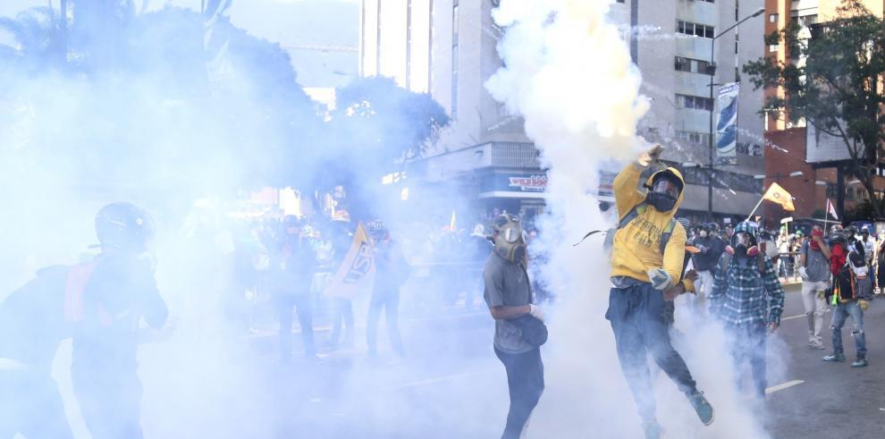 Queman a joven tras protesta opositora en Venezuela