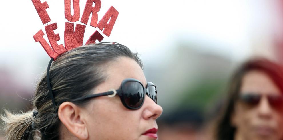 Temer sigue en busca de apoyo mientras manifestantes gritan
