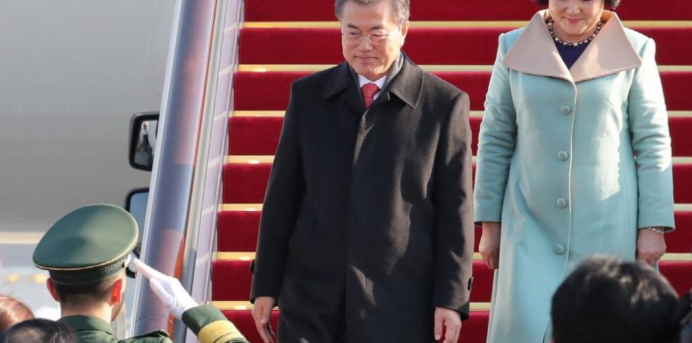 Moon llega a China para normalizar relaciones