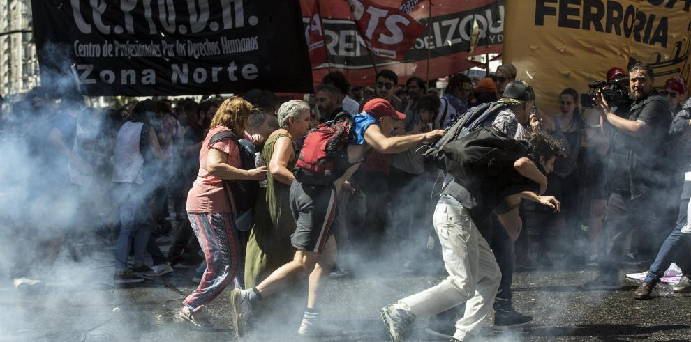 Bajo violentas protestas suspenden sesión sobre reforma de pensiones en Argentina