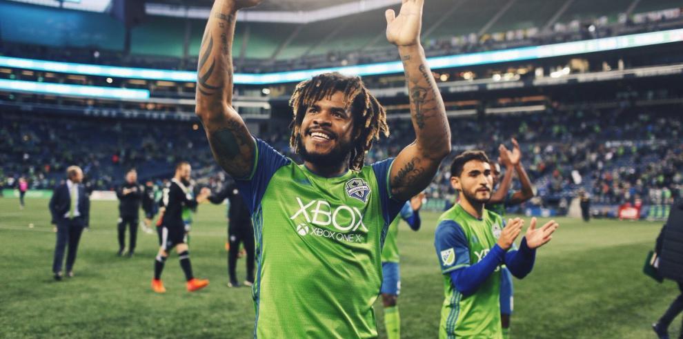 Román Torres en carrera para el Latino del año de la MLS