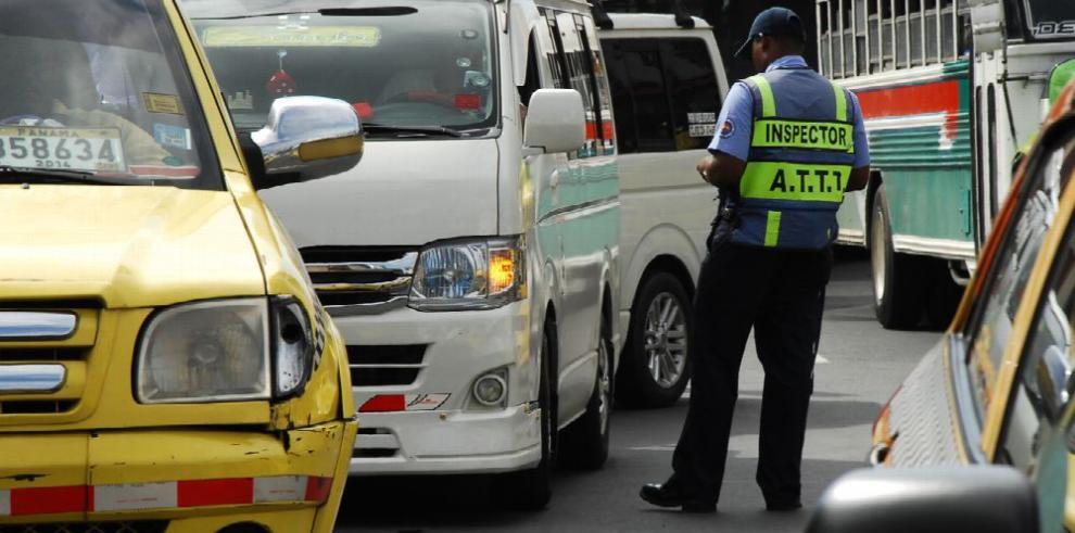 Varela choca con los transportistas por los 'piratas' y Uber