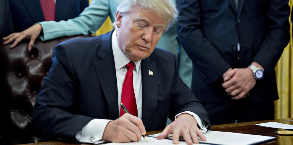 Trump firma orden para reducir las regulaciones gubernamentales