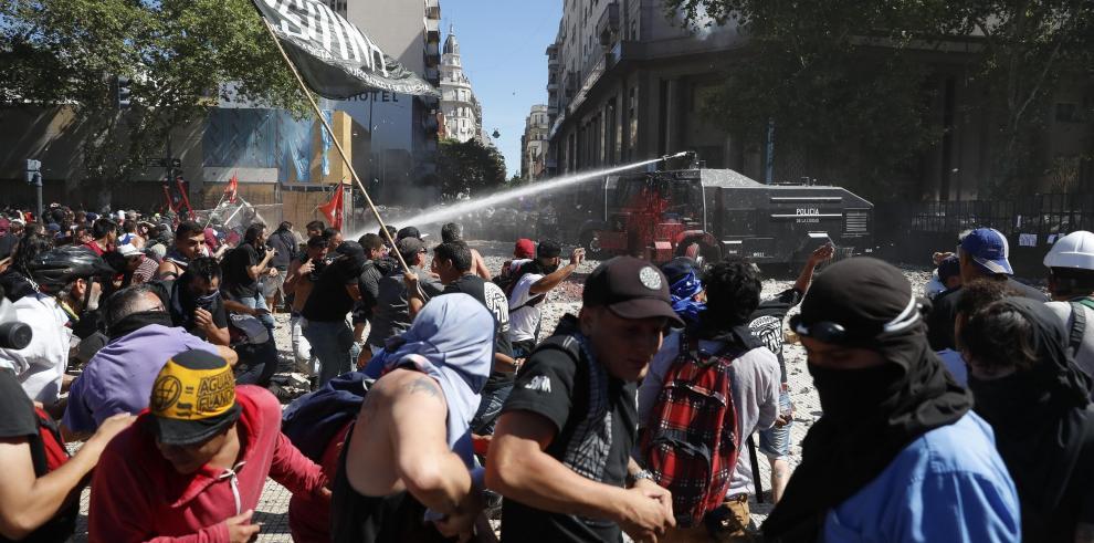 Duras protestas ante el Congreso argentino contra reforma de pensiones
