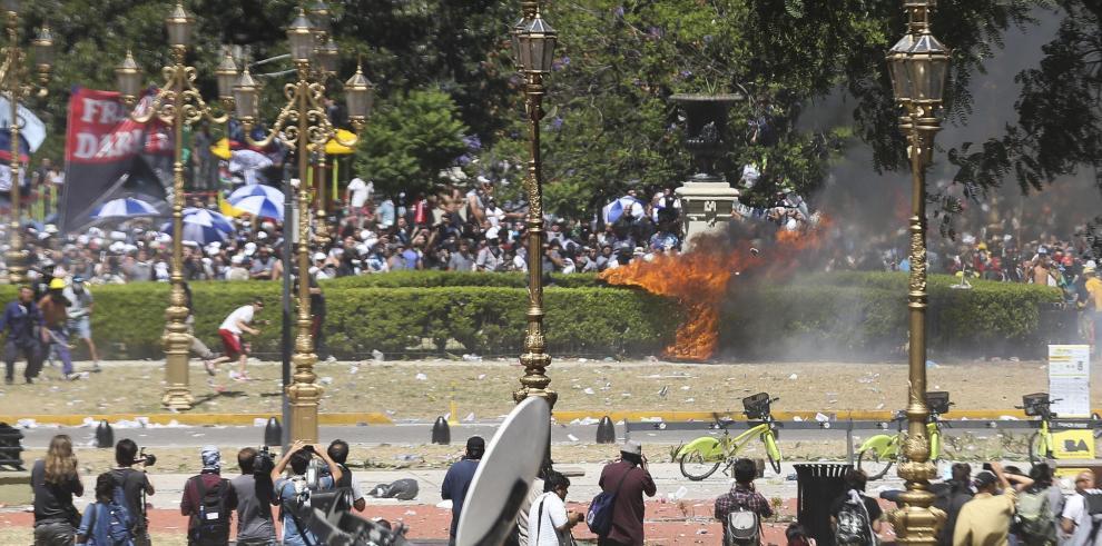 Huelga general y represión en prostesta contra reforma de pensiones en Argentina