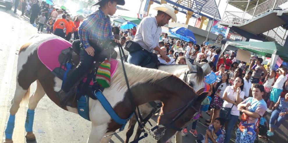 Reinan colores, bailes y alegría en desfile conmemorativo de Juan Díaz