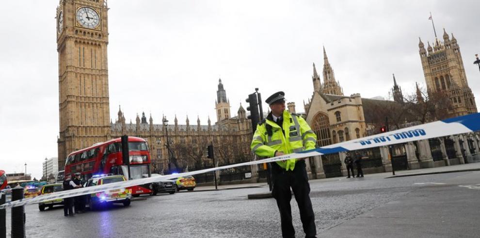 Parlamento británico suspende sesiones, tras tiroteo en el exterior