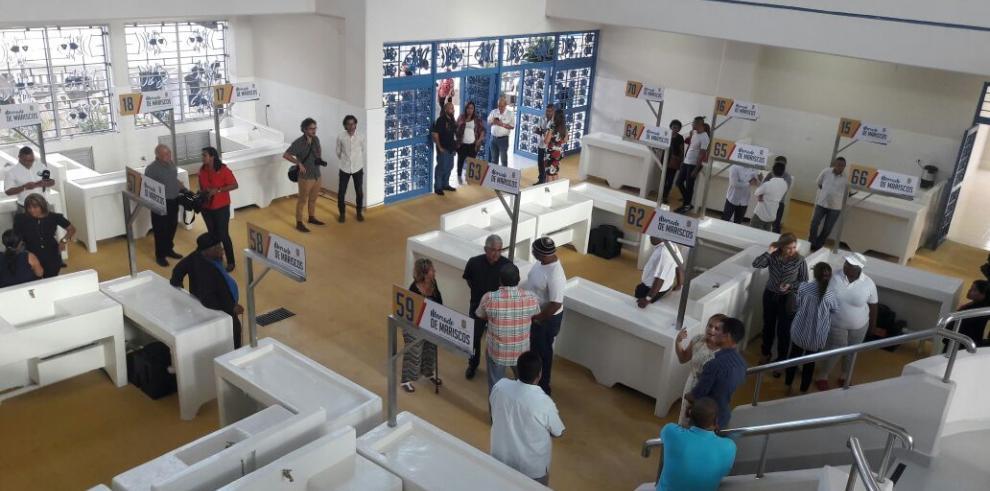 Abre al público área renovada de minoristas en Mercado del Marisco