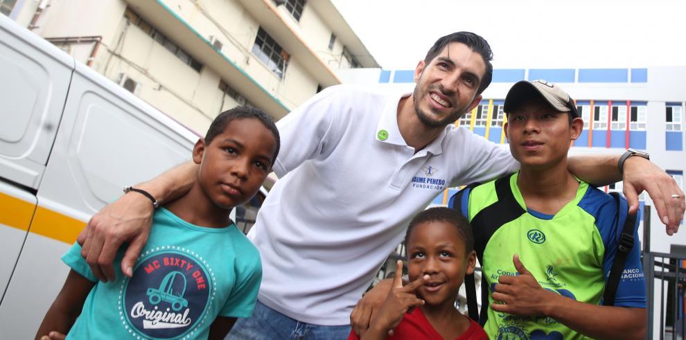 Jaime Penedo llevó alegría al Hospital del Niño