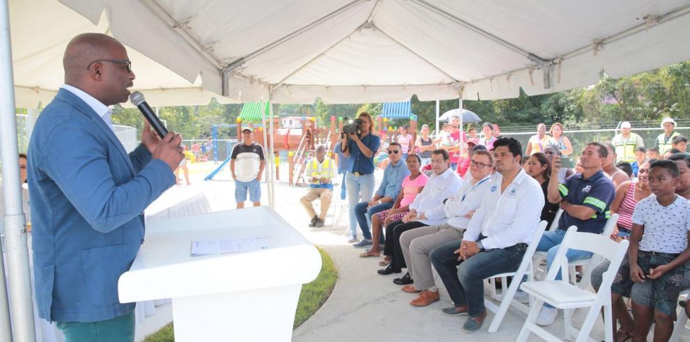 Alcalde de San Miguelito entregó parque infantil
