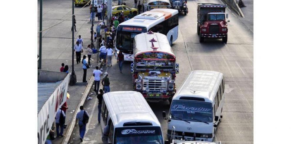 Varela advierte de eliminar cupos a transportistas que cierren calles