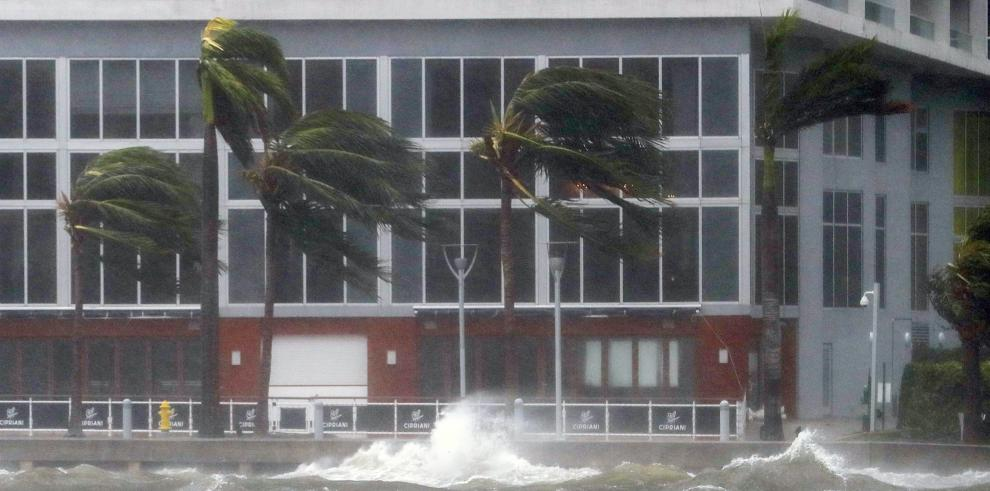 Irma sigue hacia la costa suroeste de Florida con vientos reforzados