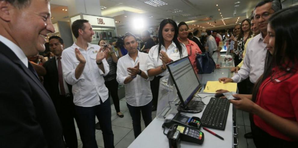 Varela compra una nevera libre de impuestos en Colón