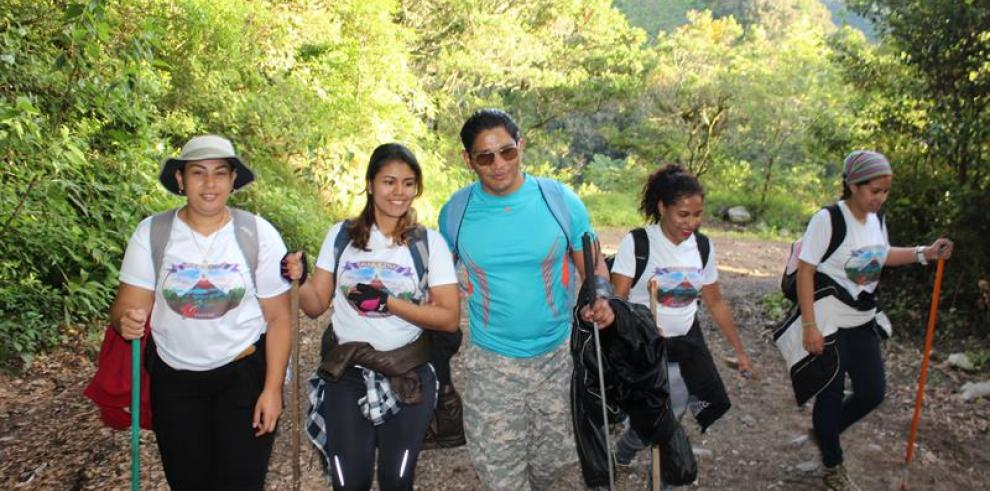 Personas con discapacidad visual de 6 países conquistan volcán Barú