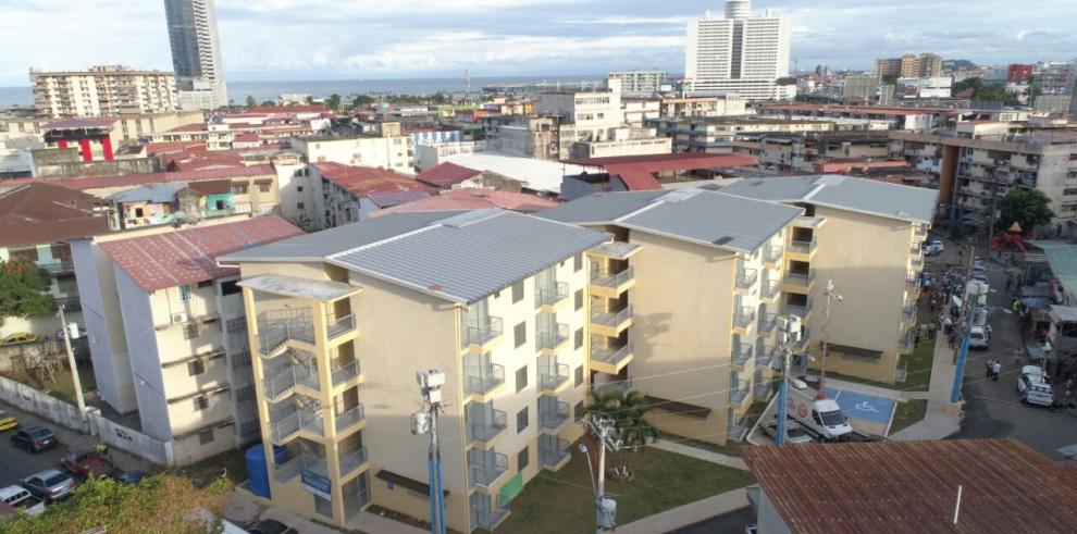 Gobierno reemplaza barraca de madera y zinc por edificios nuevos en San Miguel