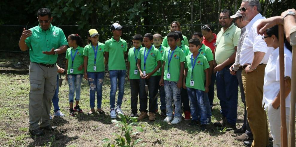 Embajador de EEUU y niños amigos del Chagres siembran árboles nativos en el parque