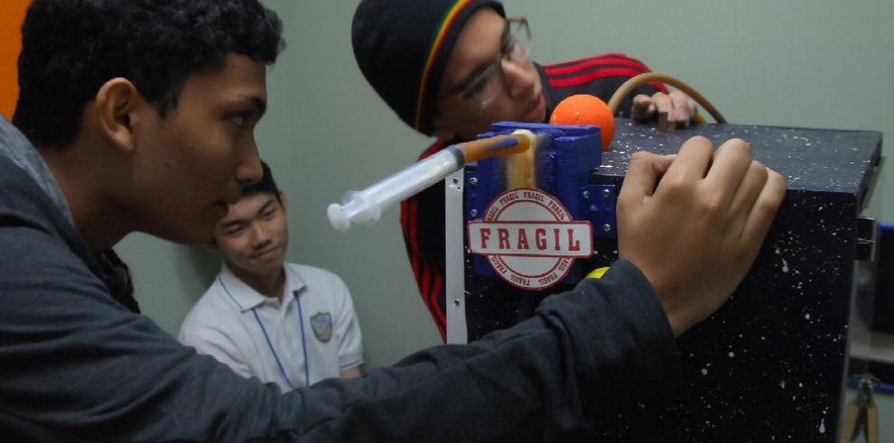 Estudiantes demuestran destreza en física