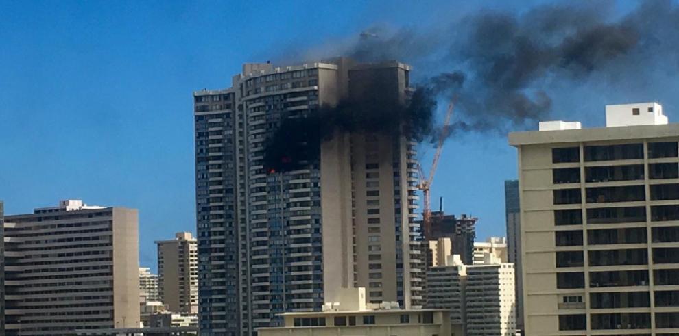 Mueren tres personas en incendio en torre de apartamentos en Honolulu