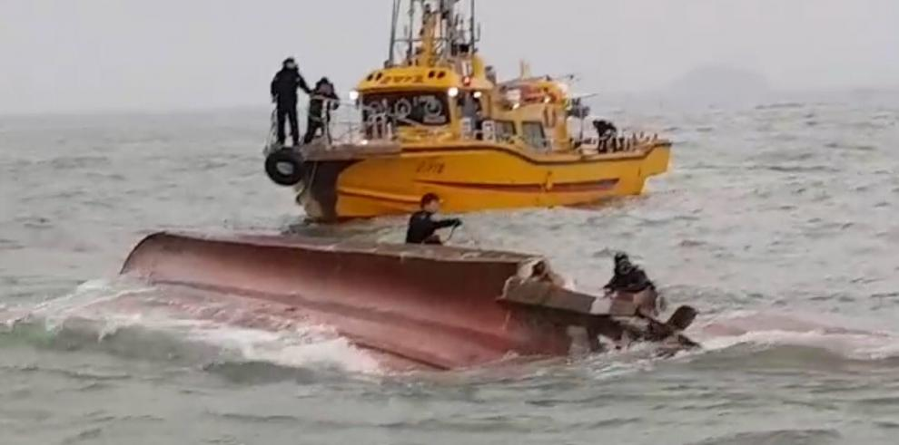 El hundimiento de un barco surcoreano causa 13 muertos y dos desaparecidos