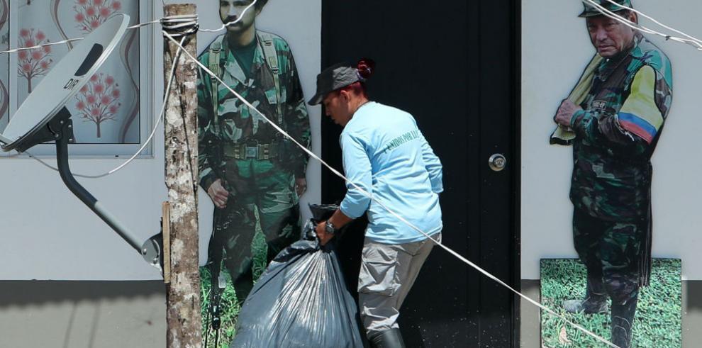 Exguerrilleros de FARC aprenden a tratar asuntos cotidianos, como las basuras