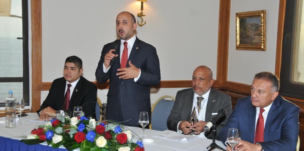 Panamá busca incoporar nuevos clientes griegos a su registro de buques