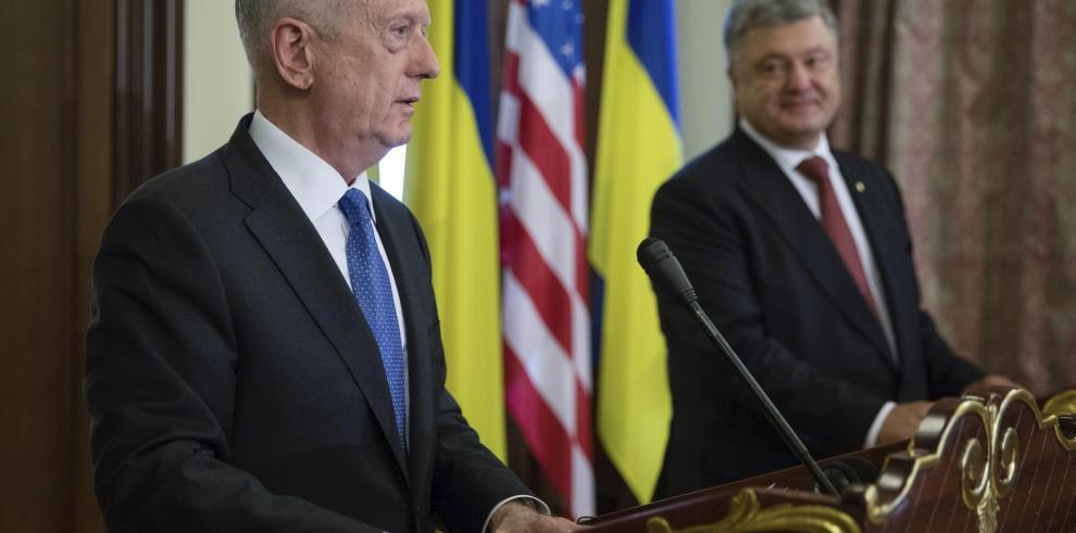 Mattis afirma que EEUU estudia suministrar armamento letal a Ucrania