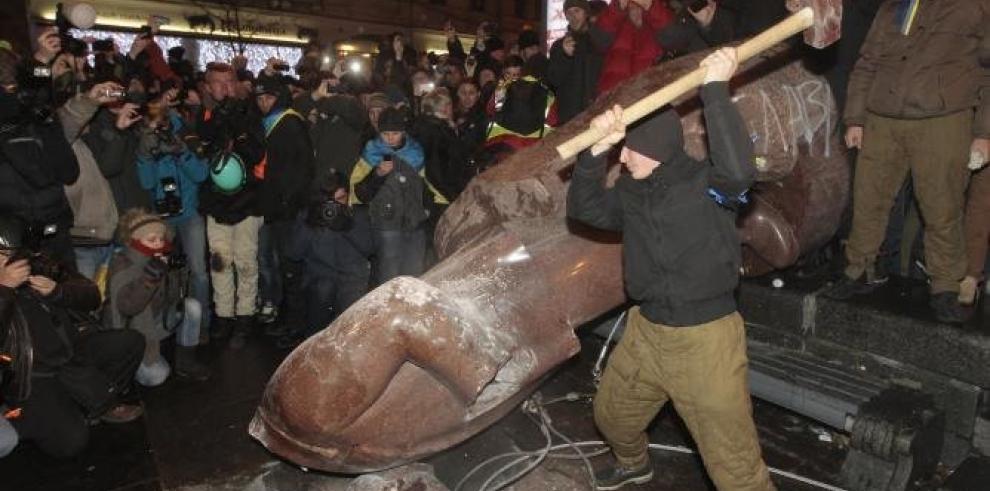 Derriban la última estatua de Lenin en Kiev antes de aniversario revolución