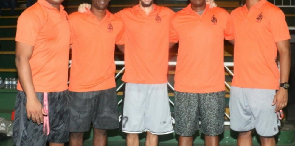 Instructor internacional dictó clínica de baloncesto