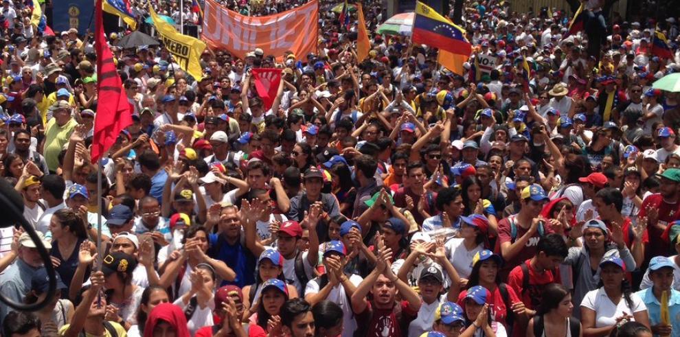 Oposición venezolana calienta las calles