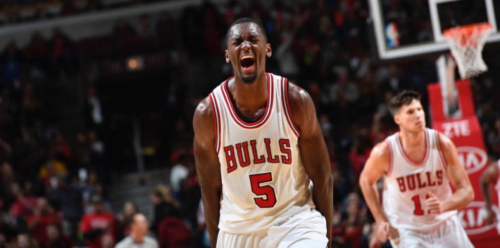 Valanciunas aporta doble-doble y los Raptors dominan a los Bulls